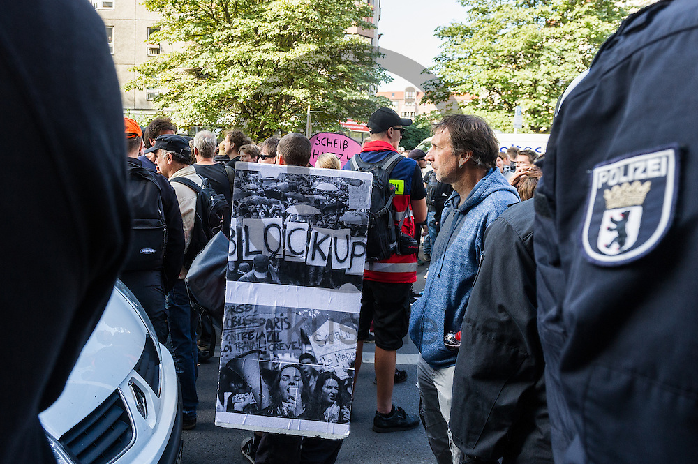 Ein Aktivist hält während der 1. Welle der Blockupy Proteste am 02.09.2016 in Berlin, Deutschland ein Schild. Das Bündnis versuchte das Ministerium für Arbeit und Soziales zu blockieren um gegen die Politik der Verarmung, Ausgrenzung und sozialen Spaltung zu protestieren. Foto: Markus Heine / heineimaging