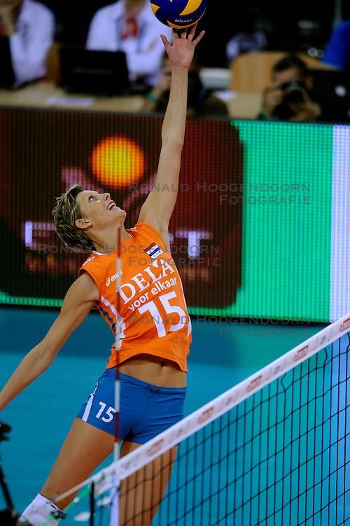 27-09-2009 VOLLEYBAL: EUROPEES KAMPIOENSCHAP NEDERLAND - POLEN: LODZ<br /> De Nederlandse volleybalsters zijn vooralsnog onklopbaar op het EK. Na de ruime zeges op Kroatie en Spanje werd ook gastland Polen met grote overmacht opzij geschoven: 25-18, 25-13, 25-23 / Ingrid Visser <br /> &copy;2009-WWW.FOTOHOOGENDOORN.NL