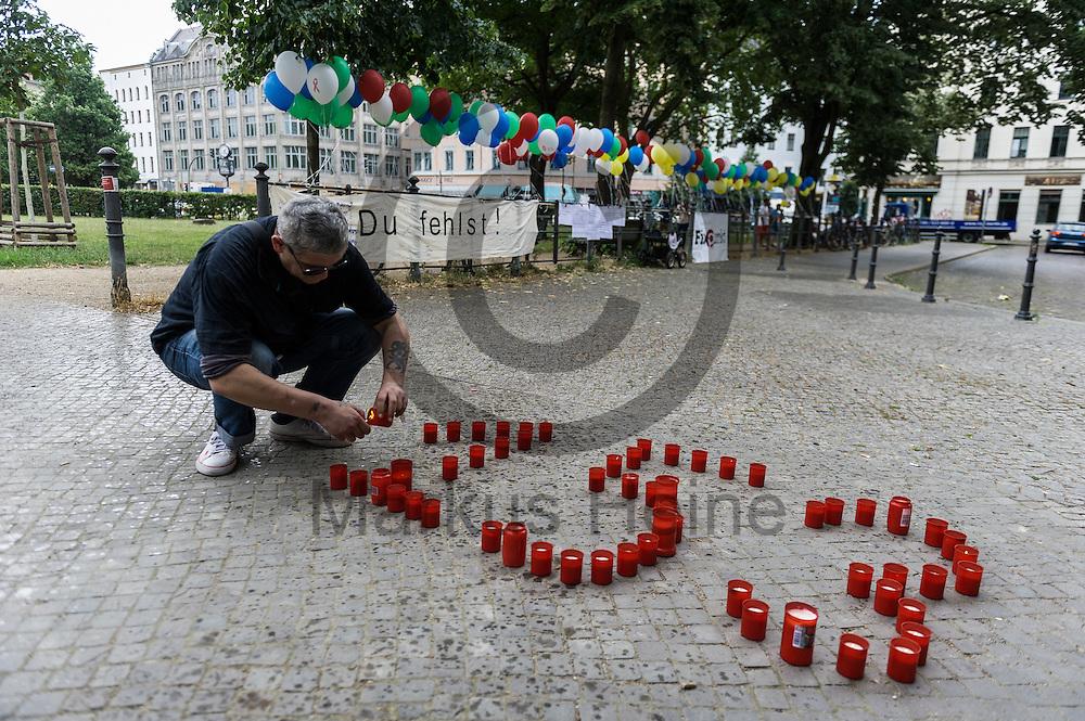 Ein Mann z&uuml;ndet w&auml;hrend dem Internationaler Gedenktag f&uuml;r verstorbene Drogengebraucher_innen am 21.07.2016 in Berlin, Deutschland Trauerkerzen an. Im Jahr 2015 sind 153 Menschen an Drogenkonsum in Berlin gestorben An dem internationalen Gedenktag wird Weltweit an die Drogentoten gedacht und Informiert. Foto: Markus Heine / heineimaging<br /> <br /> ------------------------------<br /> <br /> Ver&ouml;ffentlichung nur mit Fotografennennung, sowie gegen Honorar und Belegexemplar.<br /> <br /> Bankverbindung:<br /> IBAN: DE65660908000004437497<br /> BIC CODE: GENODE61BBB<br /> Badische Beamten Bank Karlsruhe<br /> <br /> USt-IdNr: DE291853306<br /> <br /> Please note:<br /> All rights reserved! Don't publish without copyright!<br /> <br /> Stand: 07.2016<br /> <br /> ------------------------------
