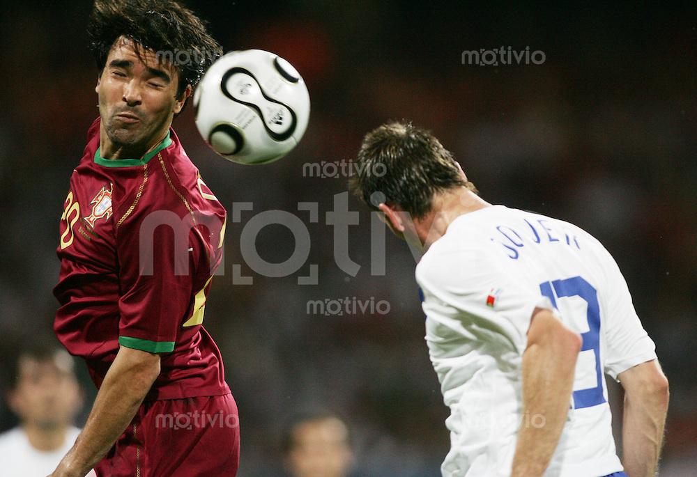 Fussball WM 2006 Achtelfinale  Portugal - Niederlande DECO (POR,li) gegen Andre OOIJER (NED,re)