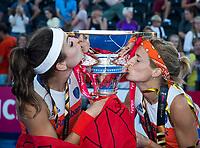 LONDEN - Eva de Goede (Ned) en Carlien Dirkse van den Heuvel (Ned)  kussen de worldcup   na het winnen van  de finale Nederland-Ierland (6-0) bij  wereldkampioenschap hockey voor vrouwen.  . COPYRIGHT  KOEN SUYK