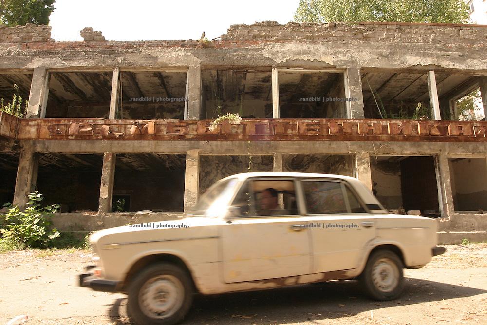 Georgien/Abchasien, Suchumi, 2006-08-27, Ein 1992 ausgebomtes Geschäft in der abchasischen Hauptstadt Suchumi. Abchasien erklärte sich 1992 unabhängig von Georgien. Nach einem einjährigen blutigen Krieg zwischen den Abchasen und Georgiern besteht seit 1994 ein brüchiger Waffenstillstand, der von einer UNO-Beobachtermission unter personeller Beteiligung Deutschlands überwacht wird. Trotzdem gibt es, vor allem im Kodorital immer wieder bewaffnete Auseinandersetzungen zwischen den Armee der Länder sowie irregulären Kämpfern. (A war damaged Shop in the akhazian capital Sokhumi. Abkhazia declared itself independent from Georgia in 1992. After a bloody civil war a UNO mission observing the ceasefire line between Georgia and Abkhazia since 1994. Nevertheless nearly every day armed incidents take place in the Kodori gorge between the both armys and unregular fighters )