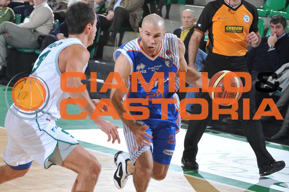 DESCRIZIONE : Treviso Lega A 2010-11 Benetton Treviso Enel Brindisi<br /> GIOCATORE : Anthony Giovacchini<br /> SQUADRA : Enel Brindisi<br /> EVENTO : Campionato Lega A 2010-2011 <br /> GARA : Benetton Treviso Enel Brindisi<br /> DATA : 06/01/2011<br /> CATEGORIA : Palleggio<br /> SPORT : Pallacanestro <br /> AUTORE : Agenzia Ciamillo-Castoria/M.Gregolin<br /> Galleria : Lega Basket A 2010-2011 <br /> Fotonotizia : Treviso Lega A 2010-11 Benetton Treviso Enel Brindisi<br /> Predefinita :