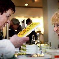 Nederland, Amsterdam , 6 maart 2010..Schrijfster Marjan Berk  tijdens de signeersessies in de Bijenkorf voorafgaande aan de Boekenweek 2010..Foto:Jean-Pierre Jans