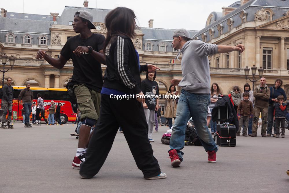 France. Paris 1st district. hip hop dancers Palais royal square ,paris / danseurs de Hip Hop sur la place du palais royal paris