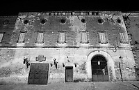 Ecco quel che ne rimane del castello di Lizzano in provincia di Taranto. Di epoca normanna del XVI secolo, il castello restituisce i segni del tempo. Un castello abbandonato, deturpato: sembra quasi che cerchi aiuto. Un tempo residenza di baroni e gente nobile; oggi troviamo invece una pizzeria ed un gommista: ne è passato di tempo!!!
