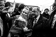 Darmstadt | Deutschland | 09.03.2017: Der designierte Kanzlerkandidat der SPD Martin besucht Darmstadt und unterst&uuml;tzt den dortigen SPD OB-Kandidaten Michael Siebel im Wahlkampf. <br /> <br /> hier: Eine junge Mutter macht ein Selfie mit Martin Schulz<br /> <br /> Sascha Rheker<br /> 20170309<br /> <br /> [Inhaltsveraendernde Manipulation des Fotos nur nach ausdruecklicher Genehmigung des Fotografen. Vereinbarungen ueber Abtretung von Persoenlichkeitsrechten/Model Release der abgebildeten Person/Personen liegt/liegen nicht vor.]