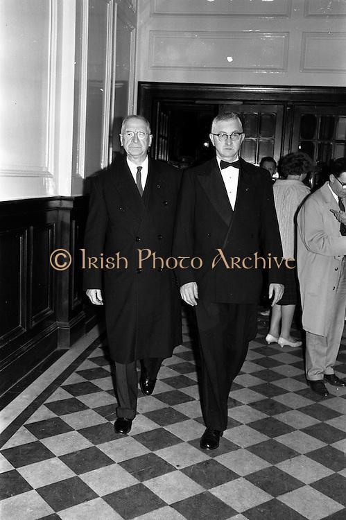 20/10/1962<br /> 10/20/1962<br /> 20 October 1962<br /> Official opening of an Oireachtas at the Mansion House, Dublin. President Eamonn de Valera and Aindrias O'Muimhneachain , Cathaoirleach an t-Oireachtas.