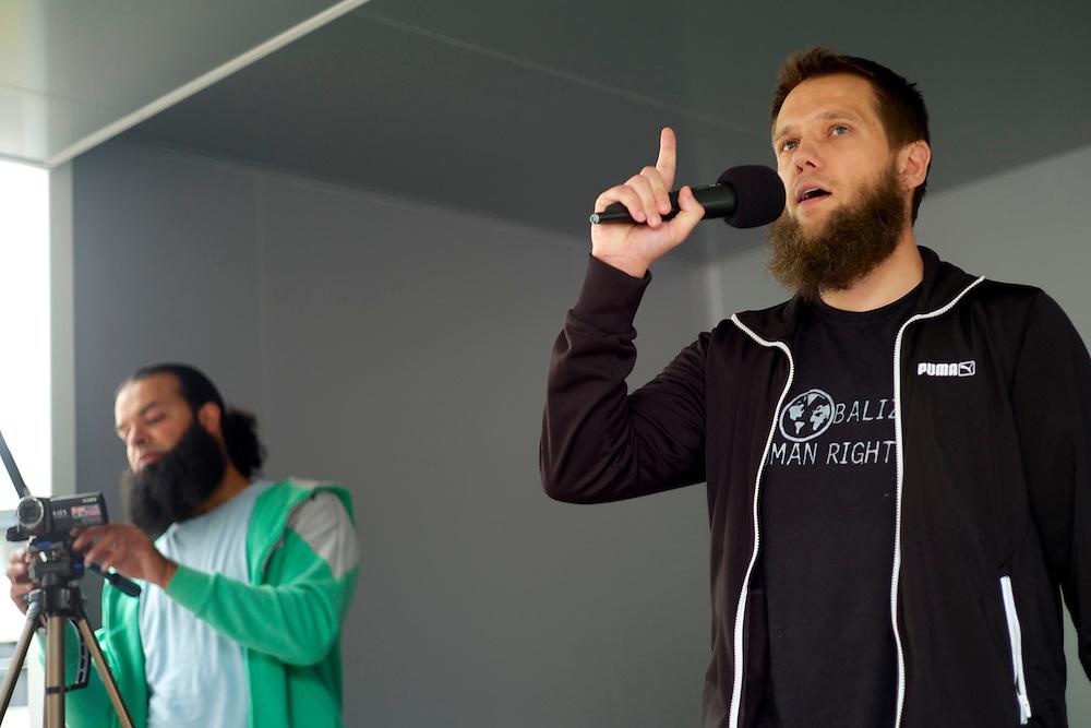 Offenbach | Germany | 28.06.2014: Der salafistische, slebsternannte Hassprediger Pierre Vogel (Abu Hamsa) spricht in Offenbach vor 200 Anh&auml;ngern unter dem Protest von mehreren Hundert B&uuml;rgern aus allen Bev&ouml;lkerungsgruppen, die Vogels Positionen ablehnen.<br /> <br /> hier: Sven Lau (Abu Adam) predigte zum Thema &quot;Unterdr&uuml;ckung der Frau im Islam&quot;<br /> <br /> <br /> Sascha Rheker<br /> 20130628<br /> NUTZUNG HONORARPFLICHTIG<br /> [Inhaltsveraendernde Manipulation des Fotos nur nach ausdruecklicher Genehmigung des Fotografen. Vereinbarungen ueber Abtretung von Persoenlichkeitsrechten/Model Release der abgebildeten Person/Personen liegt/liegen nicht vor.] [No Model Release | No Property Release]