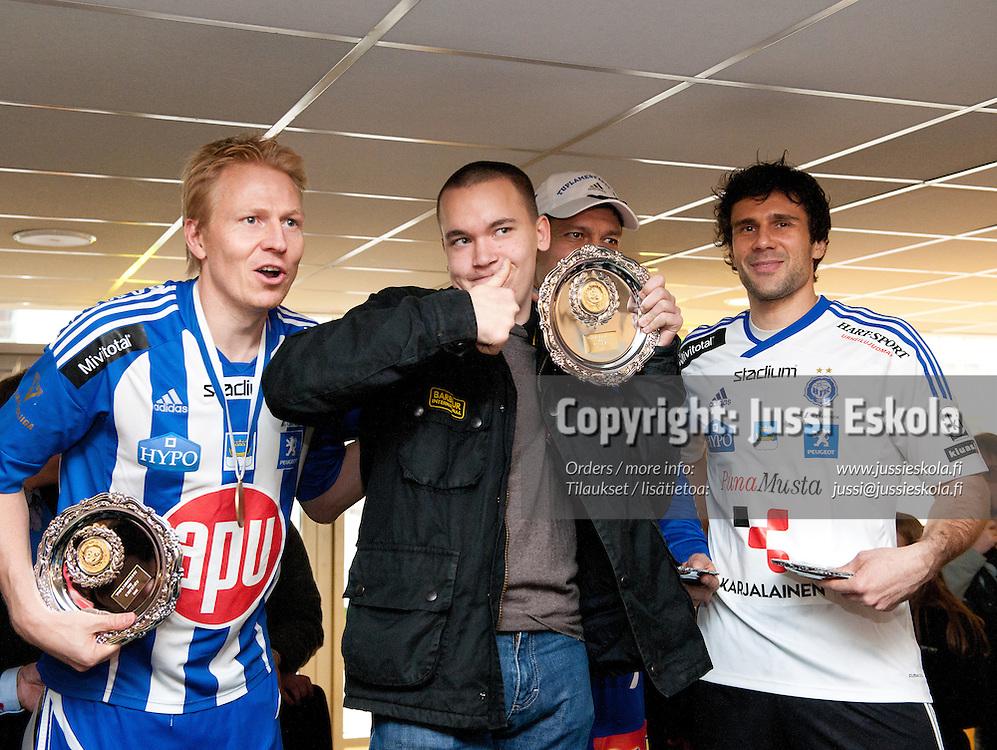 HJK. Pelaajia tapaamassa kannattajia mestaruusjuhlissa. Helsinki 29.10.2011. Photo: Jussi Eskola