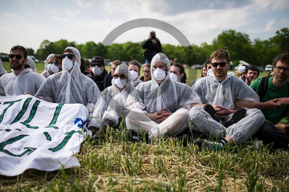 Aktivisten proben am 13.05.2016 bei Porschim, Deutschland bei einem Aktionstraining eine Sitzblockade. &Uuml;ber das Pfingstwochenende wollen mehrere Tausend Aktivisten den Braunkohlentagebau  blockieren um gegen die Nutzung von fossilen Brennstoffen zu protestieren. Foto: Markus Heine / heineimaging<br /> <br /> ------------------------------<br /> <br /> Ver&ouml;ffentlichung nur mit Fotografennennung, sowie gegen Honorar und Belegexemplar.<br /> <br /> Bankverbindung:<br /> IBAN: DE65660908000004437497<br /> BIC CODE: GENODE61BBB<br /> Badische Beamten Bank Karlsruhe<br /> <br /> USt-IdNr: DE291853306<br /> <br /> Please note:<br /> All rights reserved! Don't publish without copyright!<br /> <br /> Stand: 05.2016<br /> <br /> ------------------------------<br /> <br /> ------------------------------<br /> <br /> Ver&ouml;ffentlichung nur mit Fotografennennung, sowie gegen Honorar und Belegexemplar.<br /> <br /> Bankverbindung:<br /> IBAN: DE65660908000004437497<br /> BIC CODE: GENODE61BBB<br /> Badische Beamten Bank Karlsruhe<br /> <br /> USt-IdNr: DE291853306<br /> <br /> Please note:<br /> All rights reserved! Don't publish without copyright!<br /> <br /> Stand: 05.2016<br /> <br /> ------------------------------