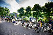 Voor een basisschool in Utrecht staan allemaal fietsen geparkeerd op de stoep en de straat van ouders die hun kind naar school brengen.<br /> <br /> In front of school in Utrecht bikes are parked on the pavement and the road. Most parents bring their children by bike.