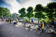 Voor een basisschool in Utrecht staan allemaal fietsen geparkeerd op de stoep en de straat van ouders die hun kind naar school brengen.<br /> <br /> In front of school in Utrecht bikes are parked on the pavement and the road. Most parents bring their children by bike.