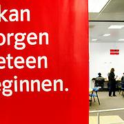 """Nederland Rotterdam 17 maart 2003 20030317 ."""" Ik kan morgen meteen beginnen"""" slogan CWI. Jongeren zoeken werk bij CWI 4.Weinig werklozen in Nederland.De werkloosheid in Nederland is in de periode maart-mei 2007 gedaald tot het laagste niveau in vier jaar tijd..Het werkloosheidspercentage stond op 4,7 procent, vergeleken met 5 procent in de maanden februari-april...Nederland telde in die maanden in 2007 gemiddeld 347.000 werklozen, 7000 minder dan in de periode februari-april, zo bleek dinsdag uit cijfers van het Centraal Bureau voor de Statistiek (CBS). De cijfers zijn gecorrigeerd voor het seizoen...De grootste daling van het aantal werklozen deed zich voor in de groep 25- tot 44-jarigen. In deze leeftijdsgroep nam het aantal werklozen in een jaar tijd af met 61.000. Het werkloosheidspercentage daalde van 5,4 procent naar 3,8 procent...Mannen versus vrouwen.Het percentage werkloze mannen van 25 tot 44 jaar daalde tot onder de 3 procent (2,8 procent). Bij de vrouwen in dezelfde leeftijdscategorie was 5,1 procent werkloos in de periode maart-mei, tegen 6,6 procent een jaar eerder...Het Centrum voor Werk en Inkomen (CWI) maakte dinsdag ook arbeidsmarktcijfers bekend. Het aantal werklozen dat in mei via het voormalige Arbeidsbureau naar werk zocht, daalde met ruim 2,5 procent ten opzichte van april. Deze daling vond vooral plaats onder lagere leeftijdsgroepen. Het CWI registreerde in mei voor het eerst meer 45-plussers dan mensen jonger dan 45 onder de werkloze werkzoekenden...Bij het CWI werden in de periode vanaf januari tot en met mei 127.000 vacatures ingediend. Vooral in de sectoren openbaar bestuur en gezondheid en welzijn is meer werk te vinden dan in dezelfde periode vorig jaar...Foto David Rozing"""