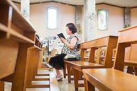 PALERMO, 29 LUGLIO 2015: Una fedele recita il rosario nella Parrocchia di Santa Lucia Borgovecchio, a Palermo il 29 luglio 2015.