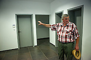 Die ehemaligen Grenzstation in Dolni Dvoriste - von 1955 bis 1989 lag der Ort am Eisernen Vorhang. Heutzutage ist die Zahnklinik von MUDr. Vaclav Bruna in dem Gebäude. Der frühere Zöllner Miroslav Schwarz erläutert wie das Gebäude zu seiner Dienstzeit aussah.