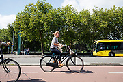 In Utrecht rijden fietsers door de binnenstad.<br /> <br /> In Utrecht cyclist ride at the city center.
