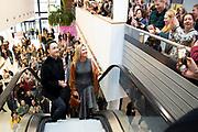 Koningin Maxima brengt een bezoek aan Stichting ElanArt in de Hogeschool Arnhem en Nijmegen (HAN). De stichting, die jongeren uit asielzoekerscentra de kans biedt contacten op te bouwen en hun talenten te ontdekken door deel te nemen aan kunstzinnige en creatieve projecten, is winnaar van een van de drie Appeltjes van Oranje 2019. <br /> <br /> Queen Maxima is visiting ElanArt Foundation at the Hogeschool Arnhem and Nijmegen (HAN). The foundation, which offers young people from asylum seekers' centers the opportunity to build contacts and discover their talents by participating in artistic and creative projects, is the winner of one of the three Apples of Orange 2019.