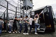 Hong Kong. border with China     / chaque jour des centaines de clandestins chinois sont raccompagnés à la frontière.   / R00057/107    L940708c  /  P0000329