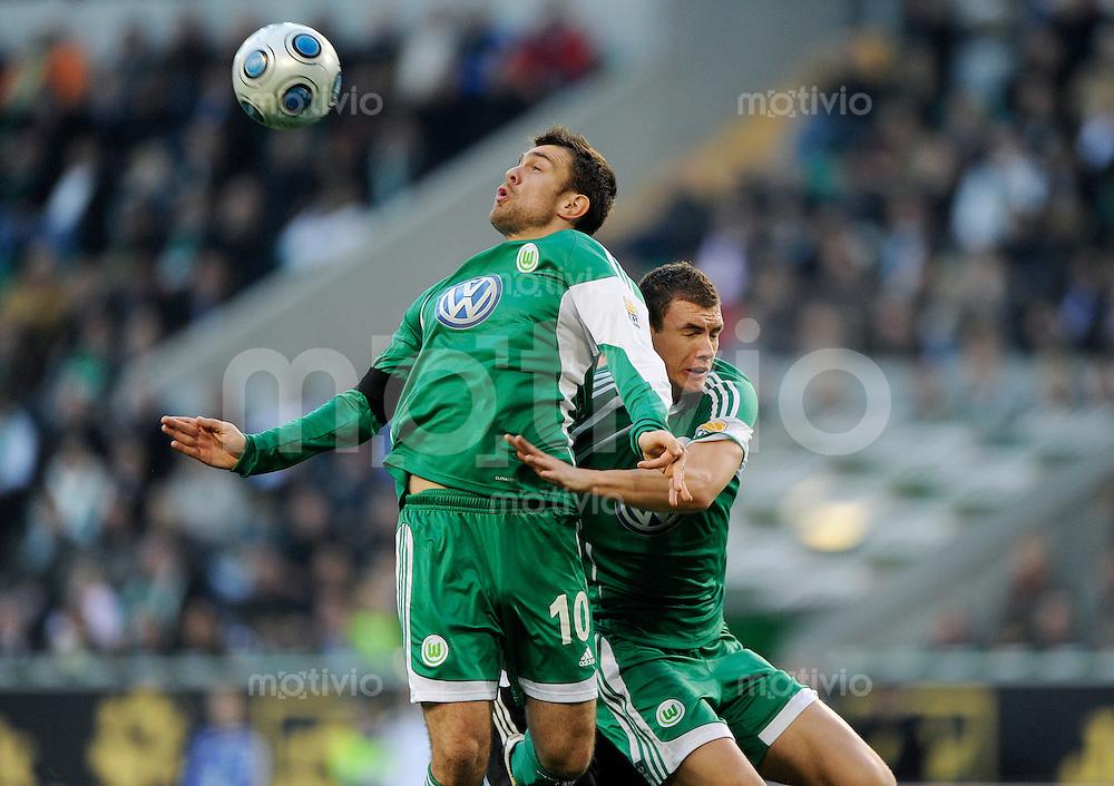 Fussball Bundesliga Saison 2009/2010 VFL Wolfsburg - 1. FC Nuernberg Zvjezdan MISIMOVIC (l) und Edin DZEKO (Wolfsburg) behindern sich gegenseitig.