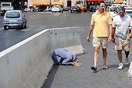 Roma 27  Agosto 2009.Una donna Rom chiede l'elemosina a piazza Venezia.<br /> <br /> Rome August 27, 2009. <br /> A Roma woman asks for alms <br /> in Venezia Square