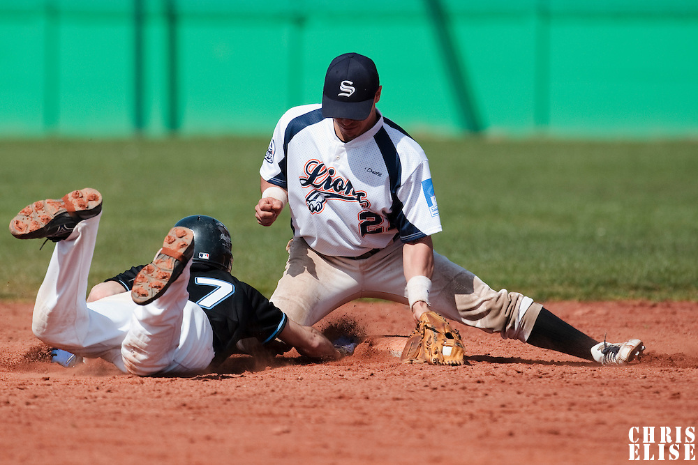 18 April 2010: Yann Dal Zotto of Savigny catches the ball as Matthieu Brelle Andrade dives back to second base during game 1/week 2 of the French Elite season won 8-1 by Savigny (Lions) over Senart (Templiers), at Parc municipal des sports Jean Moulin in Savigny-sur-Orge, France.