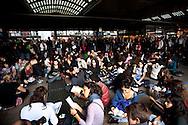 Roma 12 Ottobre 2010.Flash mob alla Stazione Termini ai binari 16-18   degli studenti universitari contro l'approvazione del  Ddl Gelmini..Rome 12 October 2010.Flash mob at the Stazione Termini railway tracks 16-18 of university students against the approval of the Ddl Gelmini.
