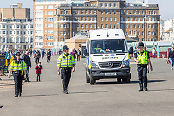 © Licensed to London News Pictures.05/04/2020. Brighton, UK. Members of the police can be seen talking to the public advising them that they can not sit down and have to keep moving in Brighton and Hove. Photo credit: Hugo Michiels/LNP
