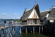 Pfahlbauten Pfahlbau-Museum Unteruhldingen, Birnau im Hintergrund, Überlinger See, Bodensee, Baden-Württemberg, Deutschland FREIGABE FÜR REDAKTIONELLE VERWENDUNG
