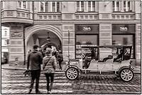 Prague, la ville aux mille tours et mille clochers, n&rsquo;a pas seulement inspire Andre Breton et les surrealistes. Chaque annee, la belle Tcheque seduit des millions d&rsquo;admirateurs du monde entier. Monuments, fa&ccedil;ades et statues racontent une histoire mouvementee ou planent les ombres du Golem, de Mucha ou de Kafka.<br /> Depuis 1992, le centre ville historique est inscrit sur la liste du patrimoine mondial par l'UNESCO<br /> Mala Strana<br /> Les voitures historiques proposees pour les balades dans la ville sont des modeles originaux des annees 1920. Ces voitures appartenaient a l'epoque a la haute bourgeoisie et sont aujourd'hui toutes parfaitement entretenues et en excellent &eacute;tat de marche.