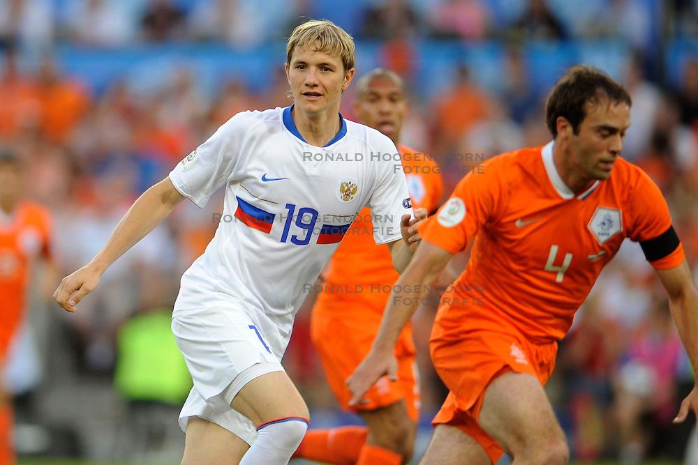 21-06-2008 VOETBAL: EURO 2008 NEDERLAND - RUSLAND: BASEL<br /> Nederland verliest in de verlenging met 3-1 van Rusland / Roman Pavlyuchenko en Joris Mathijsen<br /> &copy;2008-WWW.FOTOHOOGENDOORN.NL