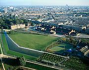 Nederland, Amsterdam, Westerpark,  17-10-2005; luchtfoto (25% toeslag); de gerenoveerde gebouwen op het terrein van de voormalige Westergasfabriek; het ernstige vervuilde terrein is inmiddels gesaneerd en vormt het nieuwe Westerpark; de gerenoveerde fabrieksgebouwen hebben een culturele bestemming gekregen; direct grenzend aan het terrein de Haarlemmerweg met daarachter de Staatsliedenbuurt; links voormalig directiegebouw, nu Stadsdeelkantoor (Stadsdeel Westerpark); manifestaties, tentoonstelling, expositie, cultuur, industrieel en cultureel erfgoed; milieu, bodemverontreiniging, gif .zie ook andere (lucht)foto's van deze lokatie.foto Siebe Swart