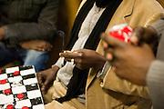 Malische migranten in een gemeenschappelijke huiskamer in hun kraakpand. Sinds 2011 wonen 150 Afrikaanse migranten in een voormalige fabriek in de Parijse voorstand Montreuil, omdat ze illegaal in Frankrijk verblijven, kunnen ze geen woonruimte huren. In het 450 m2 grote pand wonen jonge mannen uit Malië, Ivoorkust, Bukina Faso, Niger.
