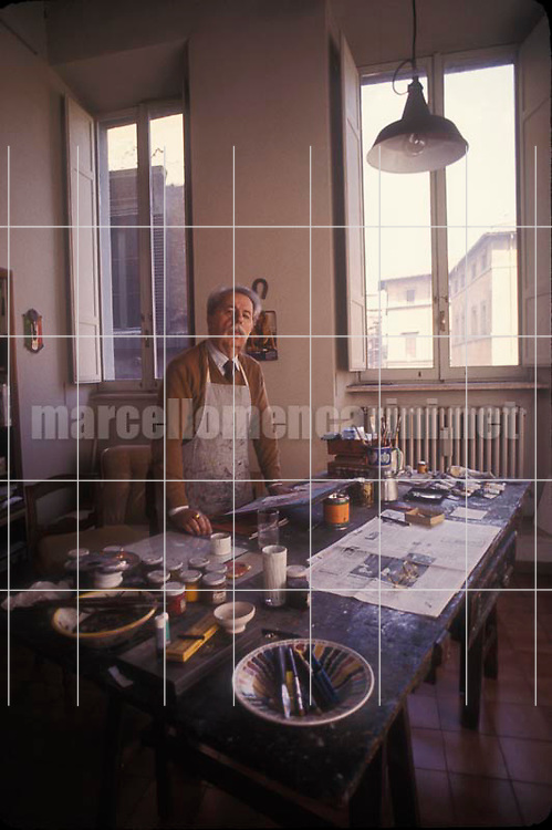 Rome, 1980. Italian painter Franco gentilini in his studio / Roma, 1980. Il pittore Franco gentilini nel suo studio - © Marcello Mencarini
