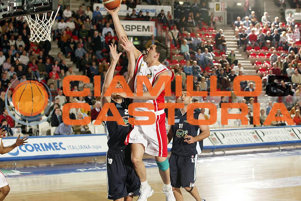 DESCRIZIONE : Varese Lega A1 2005-06 Whirlpool Varese Upea Capo Orlando <br /> GIOCATORE : Fernandez<br /> SQUADRA : Whirlpool Varese <br /> EVENTO : Campionato Lega A1 2005-2006 <br /> GARA : Whirlpool Varese Upea Capo Orlando <br /> DATA : 20/04/2006 <br /> CATEGORIA : Tiro<br /> SPORT : Pallacanestro <br /> AUTORE : Agenzia Ciamillo-Castoria/G.Cottini <br /> Galleria : Lega Basket A1 2005-2006 <br /> Fotonotizia : Varese Campionato Italiano Lega A1 2005-2006 Whirlpool Varese Upea Capo Orlando <br /> Predefinita :