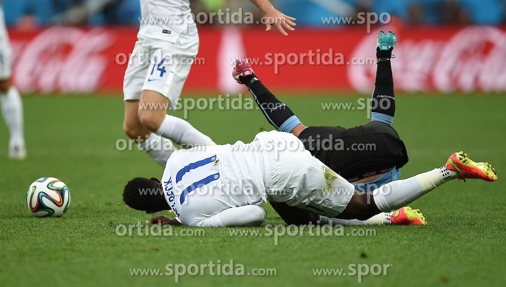 19.06.2014, Arena de Sao Paulo, Sao Paulo, BRA, FIFA WM, Uruguay vs England, Gruppe D, im Bild England's Danny Welbeck (front) falls down in a competition // during Group D match between Uruguay and England of the FIFA Worldcup Brasil 2014 at the Arena de Sao Paulo in Sao Paulo, Brazil on 2014/06/19. EXPA Pictures &copy; 2014, PhotoCredit: EXPA/ Photoshot/ Li Ga<br /> <br /> *****ATTENTION - for AUT, SLO, CRO, SRB, BIH, MAZ only*****