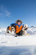 Mats Pettersson tillsammans med sina hundar Avalanche och Ranger.