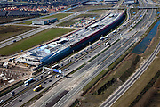 Nederland, Utrecht, Leidsche Rijn, 20-03-2009; autosnelweg A2 ter hoogte van Lage Weide met The Wall: combinatie van geluidsscherm en bedrijfsverzamelgebouw. In de toekomst zal The Wall een bioscoop, horeca en andere bedrijven huisvesten. Links van het geluidsscherm bedrijventerrein De Wetering-Zuid. Er wordt gewerkt aan snelweg  A2, deze wordt verbreed .Motorway near Utrecht, construction of The Wall: combination of sound barier and business complex. In the near future the Wall will house a cinema, restaurants and other catering businesses. Next to the barrier a business park. .Swart collectie, luchtfoto (toeslag); Swart Collection, aerial photo (additional fee required); .foto Siebe Swart / photo Siebe Swart