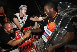 17.06.2010, Jako Arena, Bamberg, GER, 1.BBL, Brose Baskets vs Deutsche Bank Skyliners Frankfurt, im Bild: .Elton Brown (Bamberg #24) jubelt mit den Fans.EXPA Pictures © 2010, PhotoCredit: EXPA/ nph/  News / SPORTIDA PHOTO AGENCY