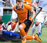 EINDHOVEN - Jelle Galema heeft de stand op 2-1 voor OZ gebracht tijdens de finale play off wedstrijd tussen de mannen van Oranje-Zwart en Bloemendaal. OZ wint met 3-2 en de titel. links Keeper Jaap Stockmann van Bloedemdaal  ANP KOEN SUYK