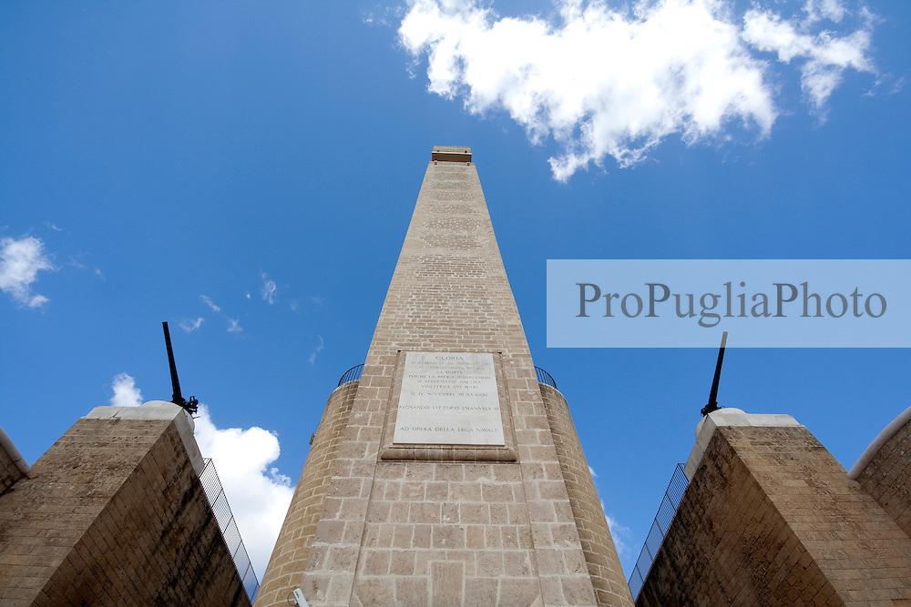 Monumento al marinaio, eretto nel porto di Brindisi. Sui due lati due pezzi di artiglieria a scopo decorativo