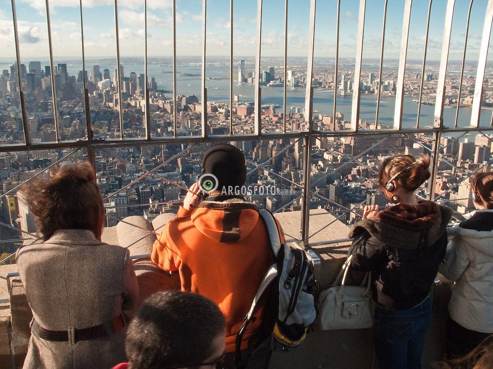 A cidade de Nova Iorque vista de cima do Empire States Building (ou Edificio Empire State) um arranha-ceu localizado na 5th Avenue (Quinta Avenida) /  The view from The Empire State Building, a 102-story Art Deco skyscraper in New York City, New York. It is one of the most popular outdoor observatories in the world.