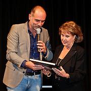 NLD/Hilversum/20101124 - Uitreiking boek 50 jaar Edison, de geschiedenis van de Muziekprijs, Leo Blokhuis reikt 1e boek uit aan Rita Reys