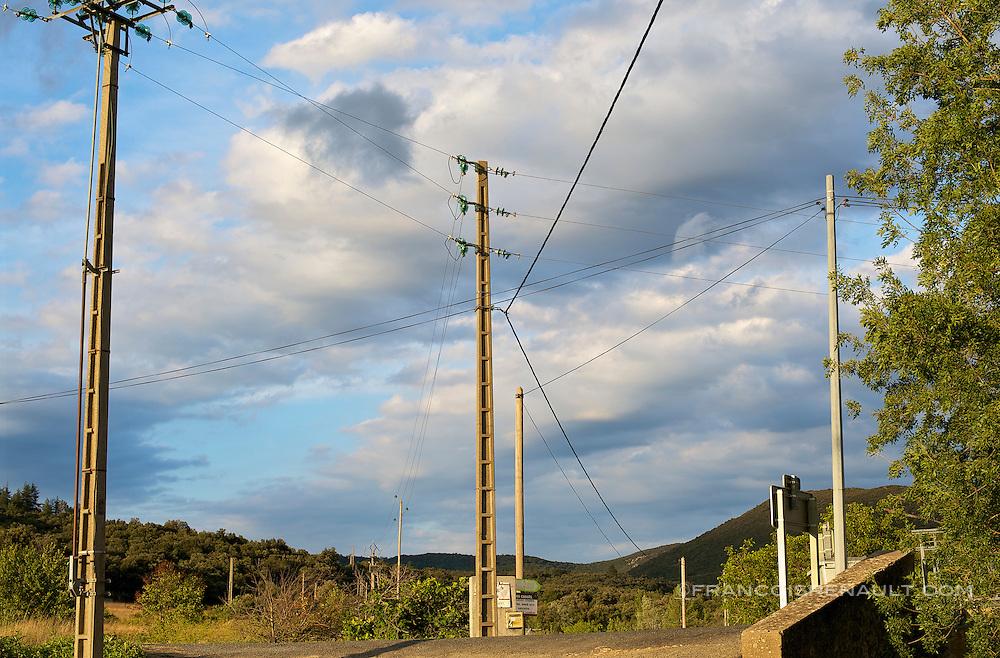 Paysages des Hautes Corbieres, Aude, France.<br /> Cables electriques dans la campagne.