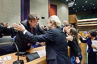 Nederland. Den Haag, 27 oktober 2010.<br /> De Tweede Kamer debatteert over de regeringsverklaring van het kabinet Rutte.<br /> Einde debat, 23.30 uur. Bewindslieden in vak K worden gefeliciteerd door Kamerleden. Fleur Agema en Geert Wilders van de PVV feliciteren Verhagen en Rutte<br /> Kabinet Rutte, regeringsverklaring, tweede kamer, politiek, democratie. regeerakkoord, gedoogsteun, minderheidskabinet, eerste kabinet Rutte, Rutte1, Rutte I, debat, parlement, coalitie, bondgenoot<br /> Foto Martijn Beekman