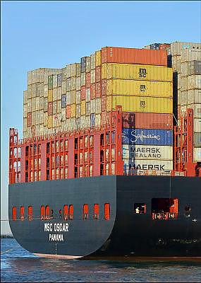 Nederland, Rotterdam, 3-3-2015 Aankomst van het grootste containerschip ter wereld, de MV Oscar van MSC in de haven van Rotterdam. Lengte van 396 meter, breedte van 59 meter, diepgang van 16 meter en een capaciteit van 19.224 zeecontainers. Voor de eerste keer in de Rotterdamse haven en wordt welkom geheten door blusschepen. Foto: Flip Franssen/ Hollandse Hoogte