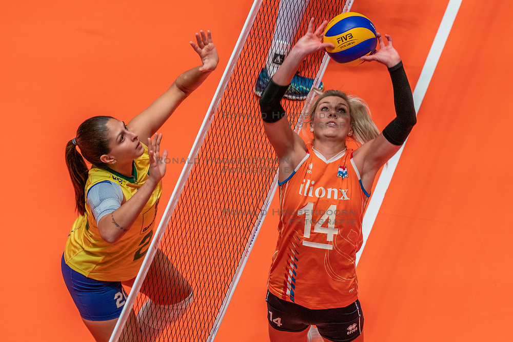 28-05-2019 NED: Volleyball Nations League Netherlands - Brazil, Apeldoorn<br /> <br /> Laura Dijkema #14 of Netherlands, Ana Beatriz Correa #20 of Brazil