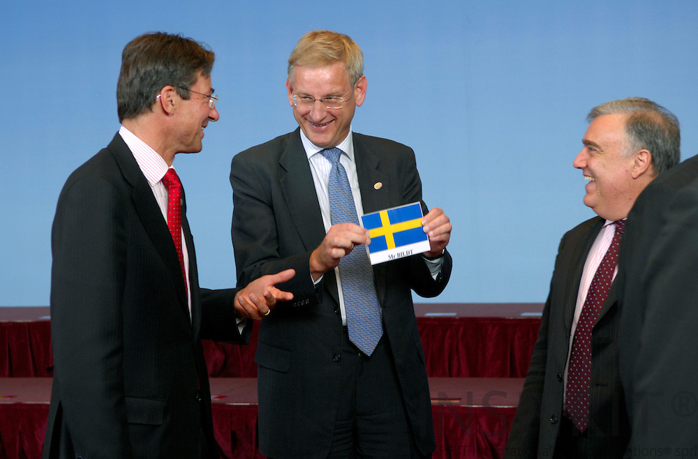 BRUSSELS - BELGIUM - 21 JUNE 2007 -- EU-SUMMIT Family Photo -- The Swedish Minister for Foreign Affairs Carl BILDT shows the Swedish flag to his Dutch counterpart Maxime VERHAGEN and Michael FRENDO from Malta after the traditional Family Photo.  Photo: J. Eugene
