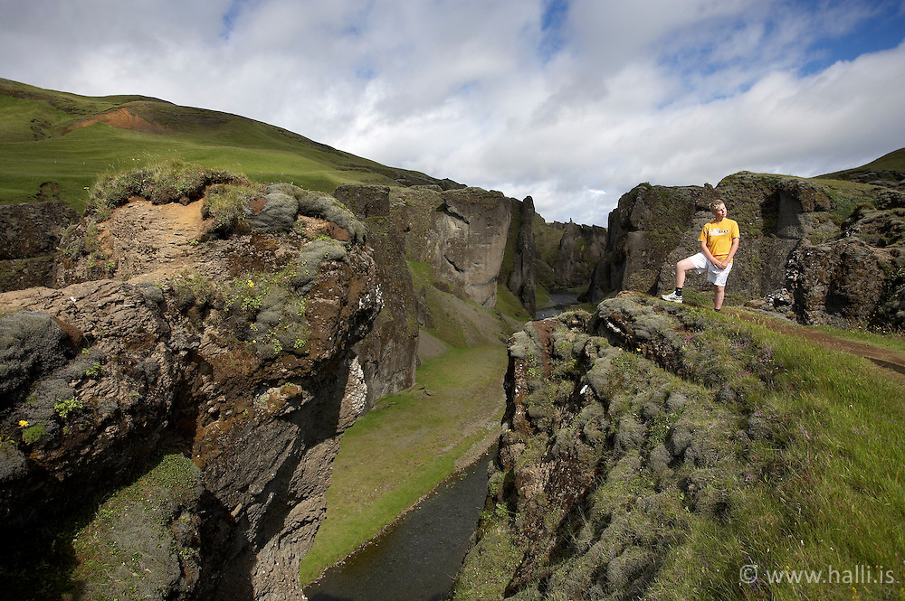 Young boy standing at the canyon, Fjadrargljufur near Kirkjubaejarklaustur on the south coast of Iceland - Fjaðrárgljúfur við Kirkjubæjarklaustur, Gylfi Freyr Karlsson
