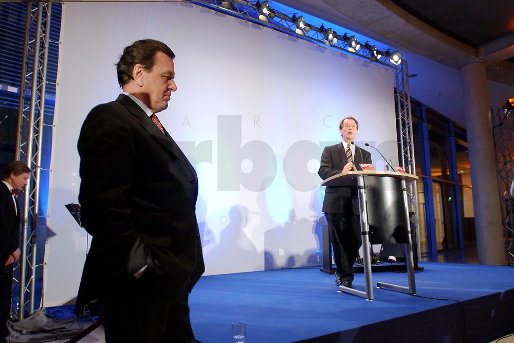 13 JAN 2003, BERLIN/GERMANY:<br /> Gerhard Schroeder (L), SPD Bundeskanzler, und Franz Muentefering (R), SPD Fraktionsvorsitzender, waehrend der rede von Muentefering, Neujahrsempfang der SPD Bundestagsfraktion, Fraktionsebene, Deutscher Bundestag<br /> IMAGE: 20030113-02-040<br /> KEYWORDS: Gespräch, Franz Müntefering, Gerhard Schröder